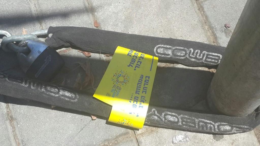 moto-parking-chains-2