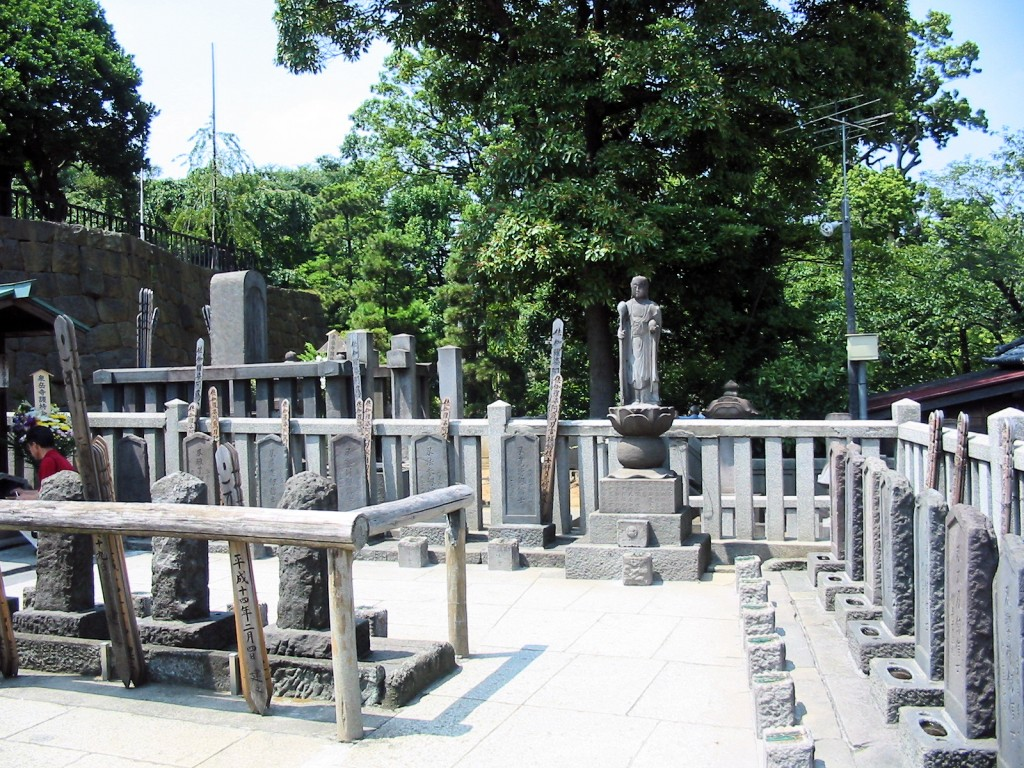sengakuji_47_ronin_graves